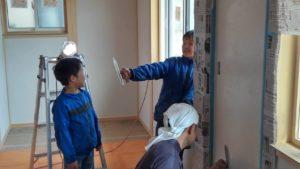 子供も一緒に漆喰壁塗り